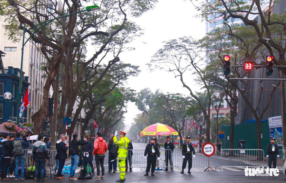 Blockade is placed at the intersection of Ly Thuong Kiet and Quang Trung Streets. Photo: Danh Trong / Tuoi Tre