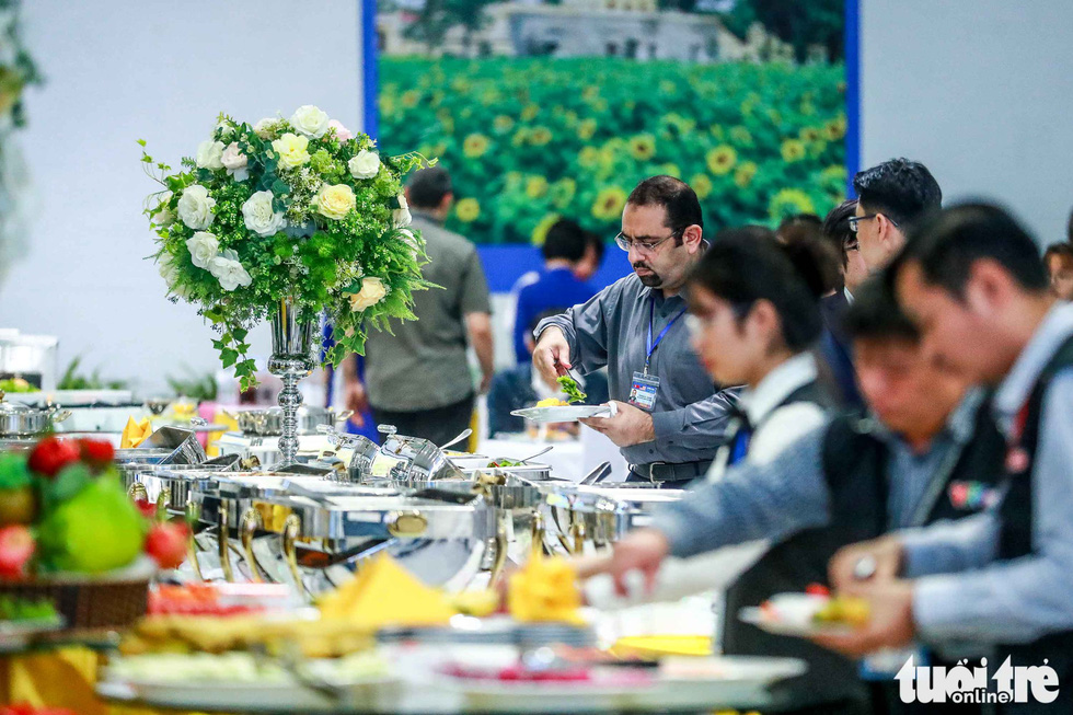 Reporters pick their food at the buffet inside the International Media Center. Photo: Nguyen Khanh / Tuoi Tre