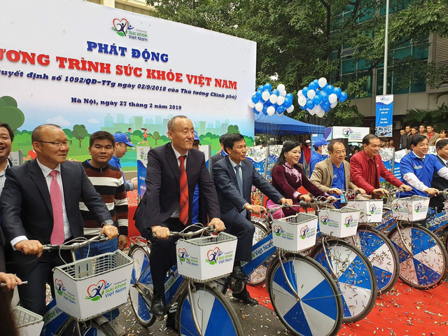 From left: Vietnam's national soccer team coach Park Hang Seo, WHO representative Nam Kidong Park and Vietnamese officials sit on bicycles during the launching ceremony of a nationwide health campaign in Hanoi, Vietnam, February 27, 2019. Photo: Thuy Anh / Tuoi Tre