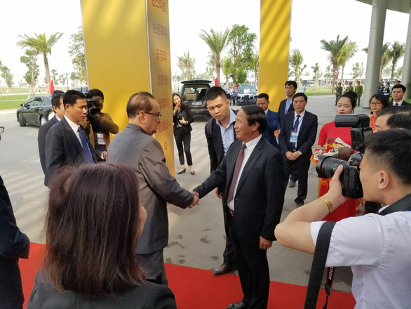 Hai Phong and Vingroup officials (R) welcome a North Korean delegation to VinFast's plant in Cat Hai District, Hai Phong, Vietnam. Photo: Tien Thang / Tuoi Tre