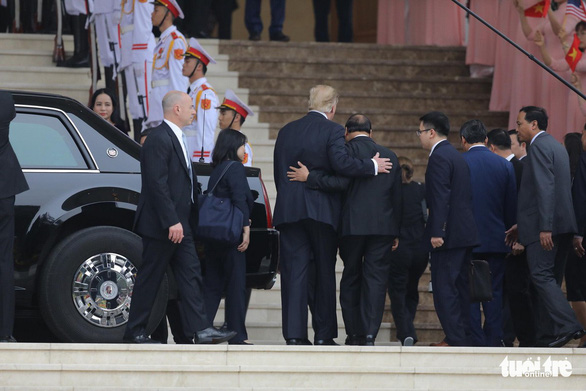 Prime Minister Nguyen Xuan Phuc welcomes President Donald Trump at the Government Office. Photo: Viet Dung / Tuoi Tre