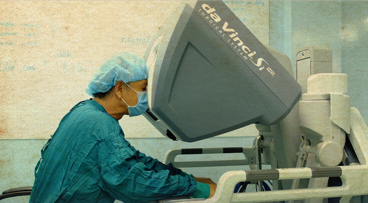 Surgeons operate the robotic arms while watching an HD screen. Photo: Tuoi Tre