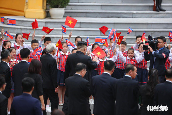 Young Vietnamese students welcome the North Korean leader. Photo: Nguyen Khanh / Tuoi Tre