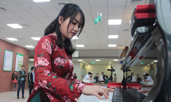 Musician Bui Phuong Van at one of her piano sessions at 108 Military Central Hospital. Photo: Duong Lieu / Tuoi Tre