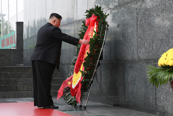 North Korean leader Kim Jong Un pays tribute to late Vietnamese President Ho Chi Minh at his mausoleum in Hanoi, March 2, 2019. Photo: Quang Minh / Tuoi Tre