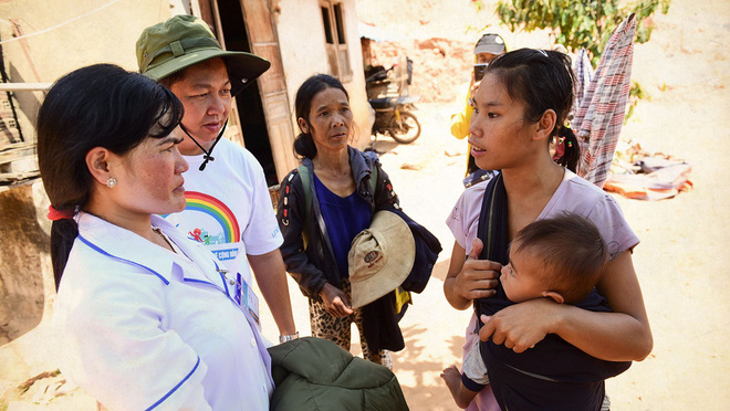 Nguyen Thi Huyen and crew explains the vaccination procedure and retrieve medical information on the locals. Photo: Tuoi Tre