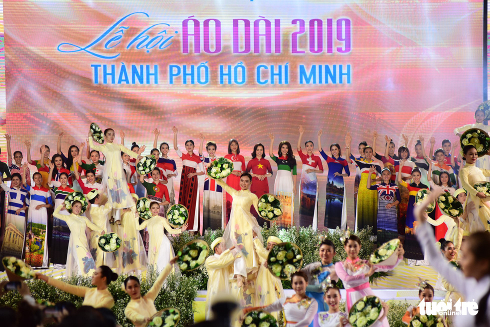Ho Chi Minh City 'ao dai' fest commences with colorful opening stage