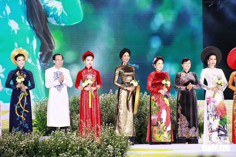 Leaders of Ho Chi Minh City and ambassadors of the event appear on stage with colorful ao dai. Photo: Hoang Dong / Tuoi Tre