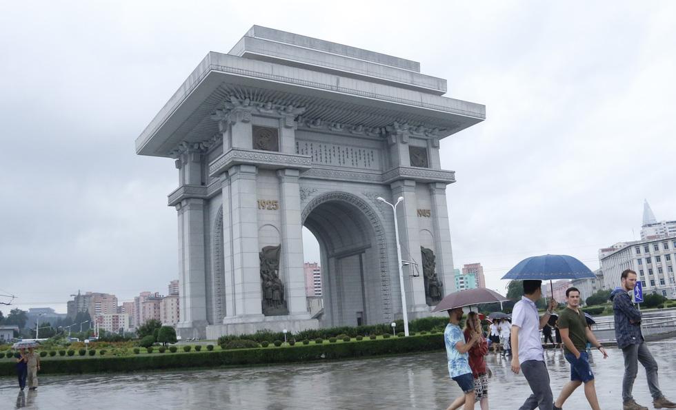 People walk at the Arch of Triumph in Pyongyang, North Korea. Photo: Thai Loc / Tuoi Tre