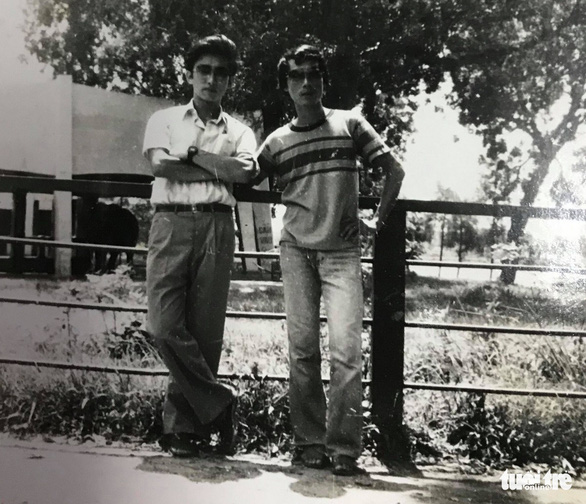 A scanned copy of a photo Ri Ho Jun (left) took with Tran Nhat Chinh, his former lecturer,- at Thu Le Park, Hanoi, in 1984.