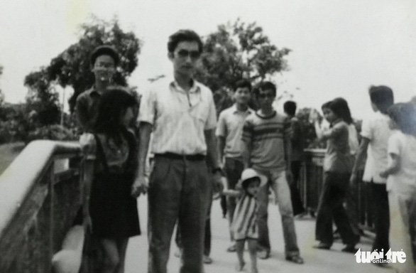 A scanned copy of a photo of Ri Ho Jun (wearing glasses) when he was a student at the Department of Vietnamese Language, Hanoi General University.