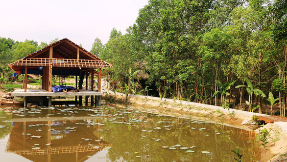A cabin is being built in the middle of a pond. Photo: Le Trung / Tuoi Tre