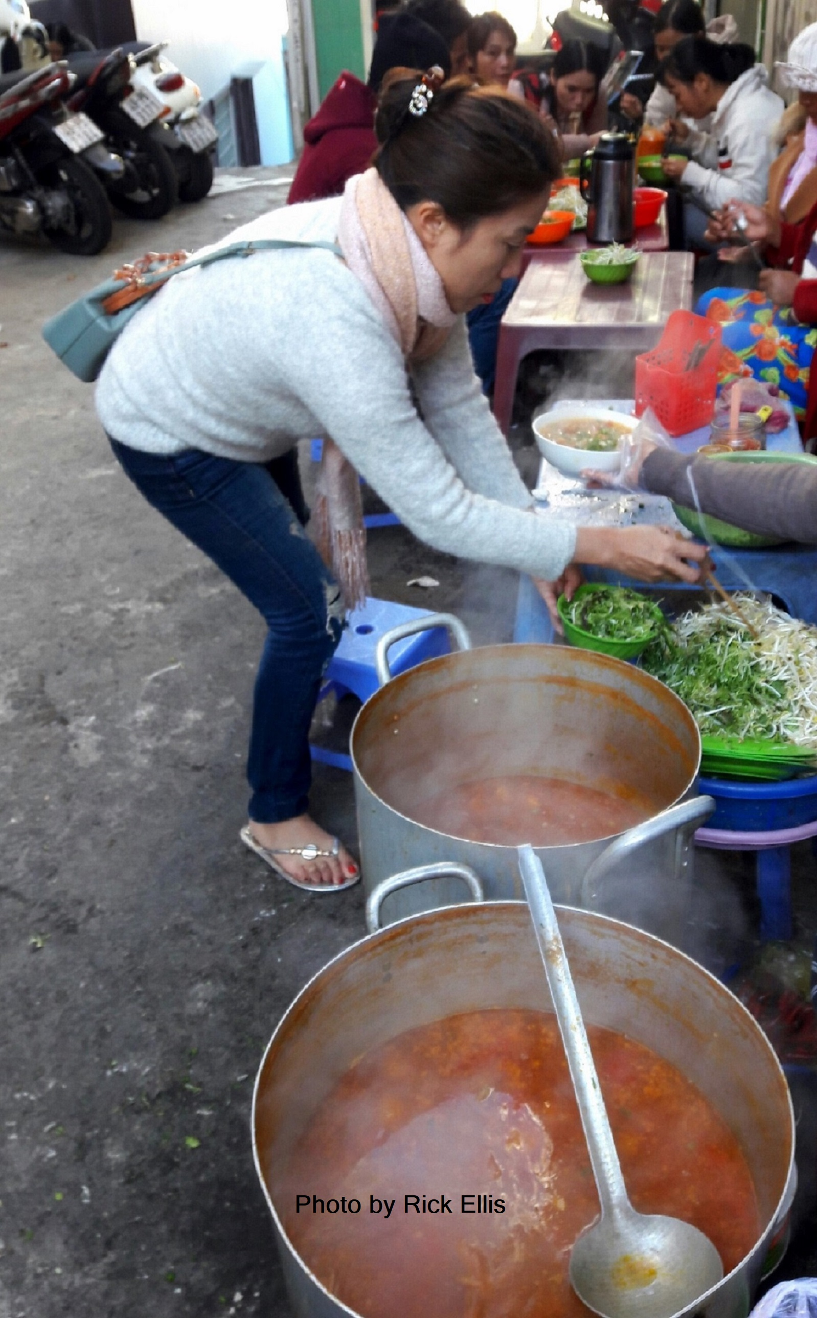 Phuong to the rescue at the crab noodle soup stand