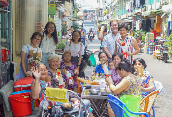 Volunteers take a photo with women they met on the streets in Ho Chi Minh City on March 8, 2019. Photo: Chau Tuan / Tuoi Tre