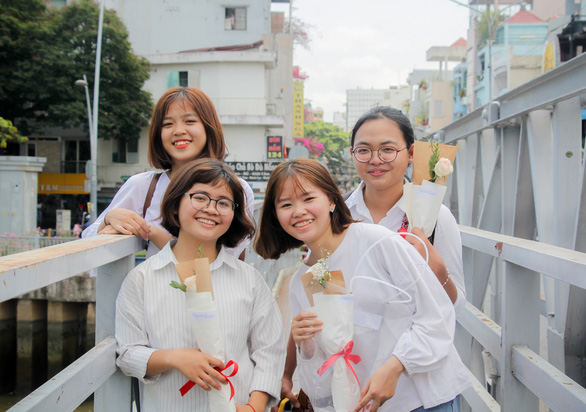 Many of the volunteers are students. Photo: Chau Tuan / Tuoi Tre