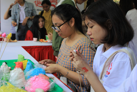 Attendants make sculptress of wild animals. Photo: Trong Nhan/ Tuoi Tre