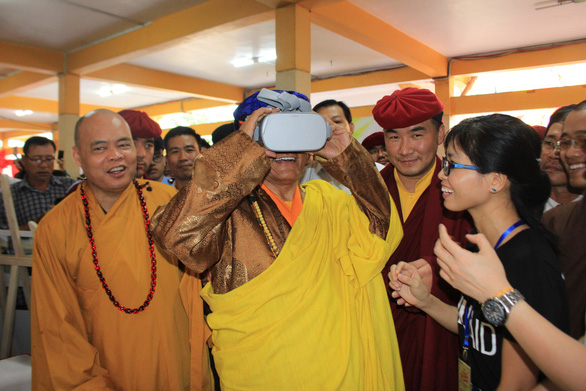 His Holiness the Gyalwang Drukpa enjoys a virtual reality video about wild animals. Photo: Trong Nhan/ Tuoi Tre