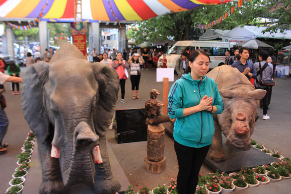 The three lifelike animal statues are placed at Vinh Nghiem Pagoda. Photo: Trong Nhan/ Tuoi Tre