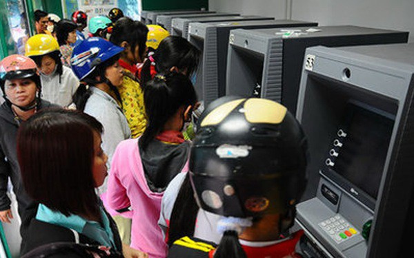 Card skimmers steal money through ATMs at night in Ho Chi Minh City
