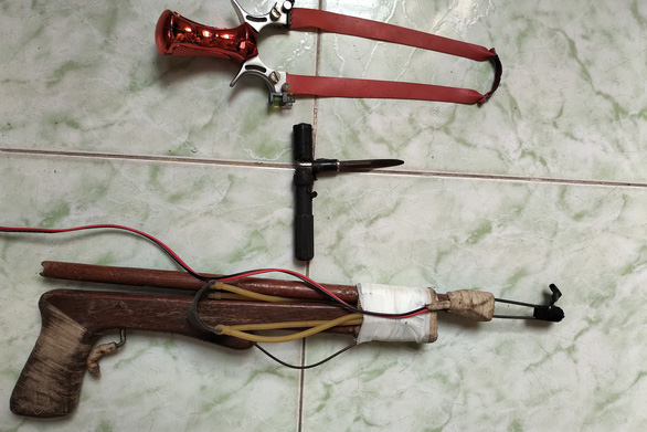 Dangerous slingshots, arrow-shooting guns openly sold in Ho Chi Minh City
