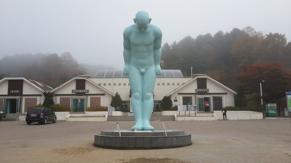 A Greeting Man statue is placed in the northeast province of Gangwon, South Korea. Photo: Hankyoreh