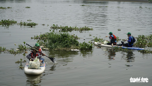 Volunteers paddle and clean up trash on a canal in Ho Chi Minh City. Photo: Thanh Hieu / Tuoi Tre