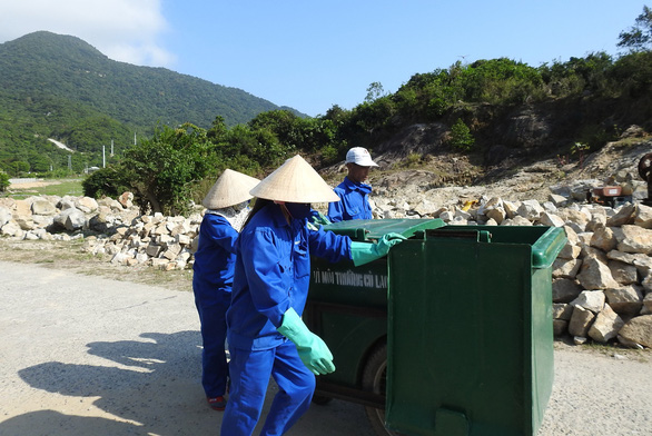 Workers push a garbage bin on Cham Island, off the central province of Quang Nam. Photo: V. Hung / Tuoi Tre