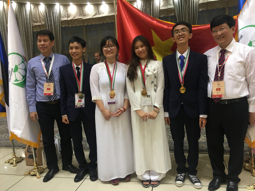 Nguyen Phuong Thao (third from left) poses for a picture with the Vietnamese contingency for the 2018 International Biology Olympia in Iran, in this photo she provided.