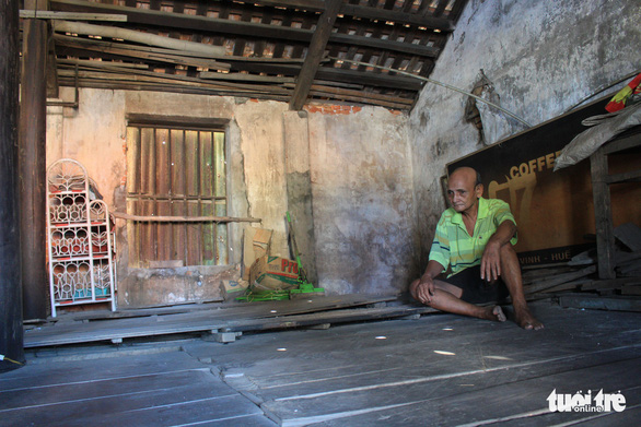 Inside one of the worn-down traditional houses of Bao Vinh ancient quarter. Photo: Nhat Linh / Tuoi Tre