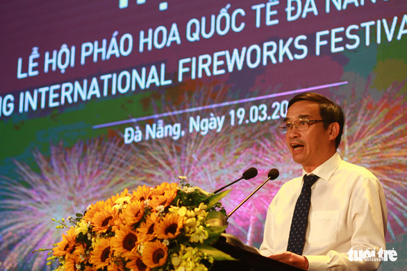 Le Trung Chinh, vice chairman of the People's Committee of Da Nang, announces the hosting of the 2019 Da Nang International Fireworks Festival at a press conference on March 19, 2019. Photo: Tan Luc / Tuoi Tre