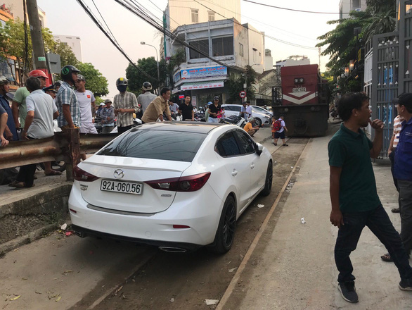 Driver fined for parking car on railway in Da Nang