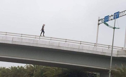 American woman strips off, jumps to death off overpass near Hanoi airport