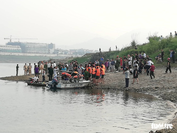 Rescue workers board boats to search for the eight children who drowned in the Daw River in Hoa Binh Province, northern Vietnam, March 21, 2019. Photo: Dam Quang / Tuoi Tre