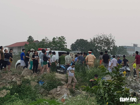 People gather around the ambulance that took away the drowned children near a river in Hoa Binh Province, northern Vietnam, March 21, 2019. Photo: Hai Tran / Tuoi Tre
