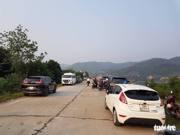 Vehicles are parked near a river where eight children drowned in Hoa Binh Province, northern Vietnam, March 21, 2019. Photo: Hai Tran / Tuoi Tre