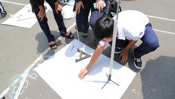 200 Ho Chi Minh City students practice calculating Earth's circumference
