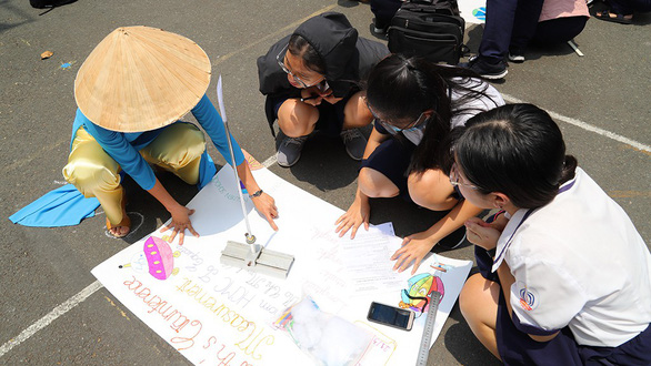A teacher (left) helps students calculate the circumference of the Earth at Tran Khai Nguyen High School in Ho Chi Minh City, March 21, 2019. Photo: Nhu Hung / Tuoi Tre