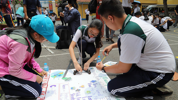 Students calculate the circumference of the Earth at Tran Khai Nguyen High School in Ho Chi Minh City, March 21, 2019. Photo: Nhu Hung / Tuoi Tre