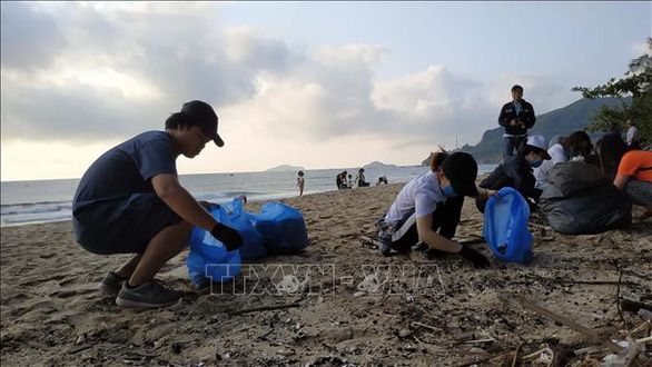 People pick up trash on the Quy Hoa beach in Quy Nhon City, southcentral Vietnam, March 21, 2019. Photo: Vietnam News Agency