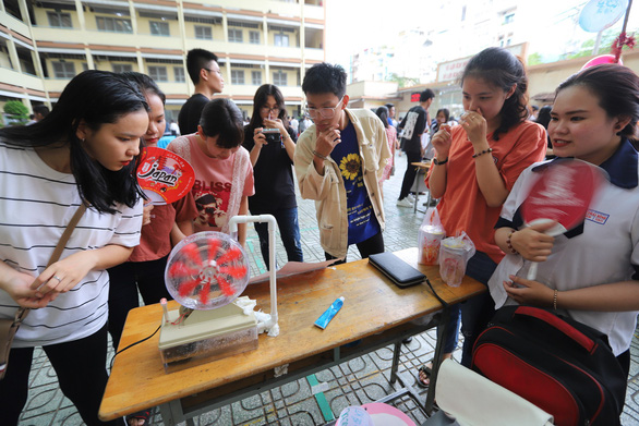 Students see the model of a hydropower plant created by a group of 12th graders at a science fair at Nguyen Thai Binh High School in Tan Binh District, Ho Chi Minh City, March 23, 2019. Photo: Nhu Hung / Tuoi Tre