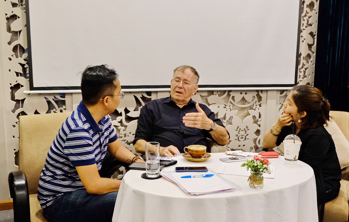 Tuoi Tre News reporter (left) listens as author Jan Gehl speaks during their discussion after the book launch in Ho Chi Minh City on March 22, 2019. Photo: Bao Anh / Tuoi Tre News