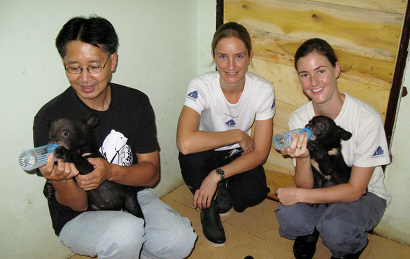 The caring hands for rescued bears in Vietnam
