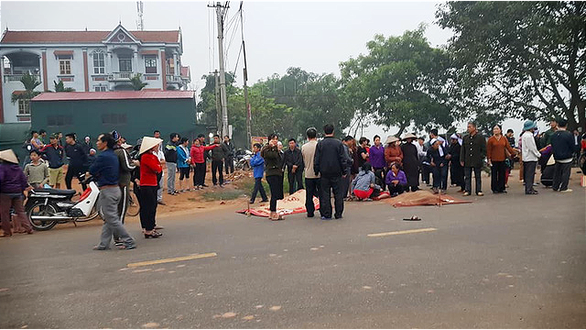 Some of the victims' bodies are on the street. Photo: Van Hai / Tuoi Tre