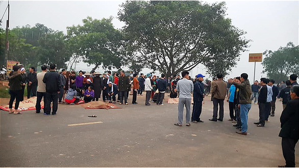 Local residents gather at the crash site. Photo: Van Hai / Tuoi Tre