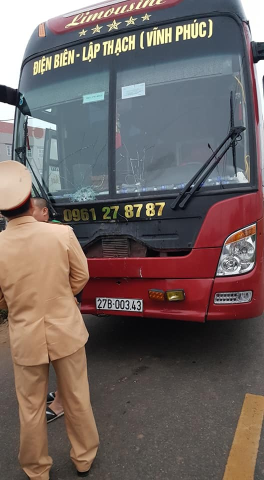 The passenger bus had its windshield fractured following the crash. Photo: Van Hai / Tuoi Tre