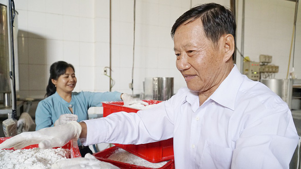 Tu Nuong is still active in doing business and helping other local manufacturers despite being 76 years old. Photo: Ngoc Tai / Tuoi Tre