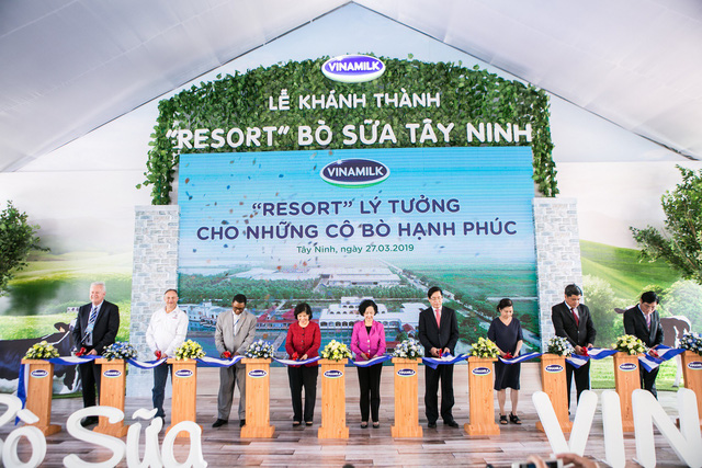 Guests inaugurate a Vinamilk dairy cow farm in the southern province of Tay Ninh on March 27, 2019. Photo: Duc Trong / Tuoi Tre