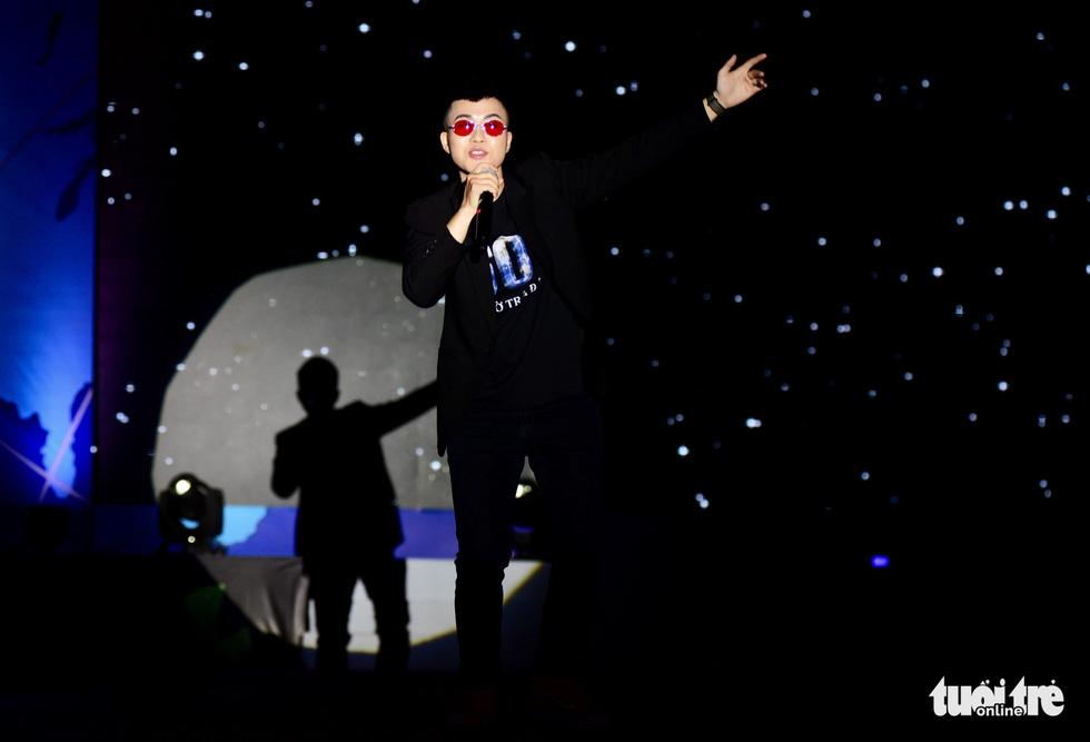 Singer Le Thien Hieu performs at the event. Photo: Duyen Phan / Tuoi Tre