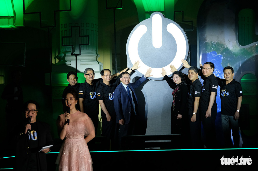 Hanoi leaders commence the 2019 Earth Hour at 8:30 pm on March 30, 2019. Photo: Nam Tran / Tuoi Tre