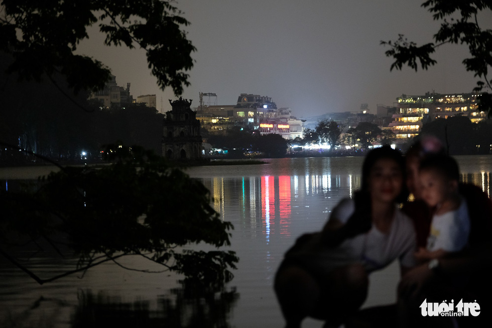 A street along Hoang Kiem Lake during the Earth Hour. Photo: Nam Tran / Tuoi Tre